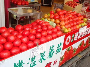 Jiaoxi shopping for green onions and tomatoes